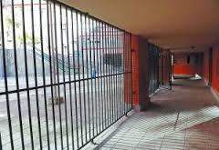 cierre soportal edificio para crear local social en la comunidad