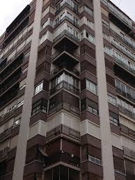 ¿Los barrotes y cristales del balcón se consideran elementos comunes?