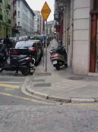 Aparcamiento moto en una acera en Madrid